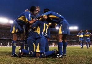 El equipo de Boca Juniors, festeja su priemr gol en el encuentro por la Copa Sudamericana frente a Juniors de Barranquilla el 17 de mayo de 2004 en Barranquilla, Colombia.