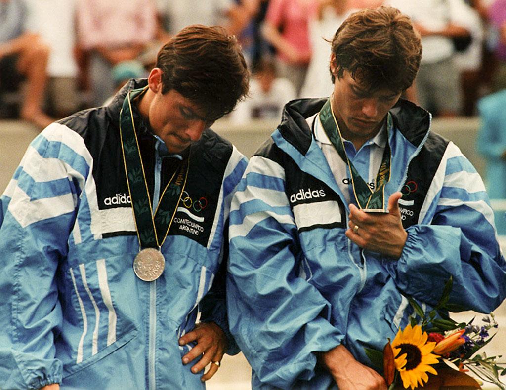 Javier Zanetti y Matías Almeyda, durante la ceremonia de premiación de los XXVI Juegos Olímpicos Atlanta'96. Argentina gano la medalla de plata tras perder con Nigeria por 3 a 2 en la final de la disciplina en futbol, el 3 de agosto de 1996. Athens, EEUU.