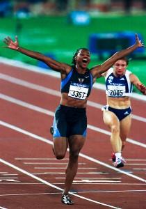 La velocista norteamericana, Marion Jones, gana la final de los 100 m. en atletismo durante los Juegos Oliímpicos de Sydney2000. Ekaterini Thanou logró la medalla de plata , en septiembre de 2000 en Sydney, Australia.